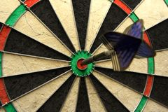 Het schot van het succes! De foto van pijltjes met pijl in bullseye Stock Fotografie