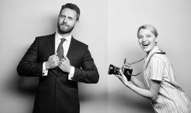 Het schot van Nice Bekendheid en succes De zakenman geniet ster van ogenblik Fotograaf die foto succesvolle zakenman nemen Papara royalty-vrije stock afbeeldingen