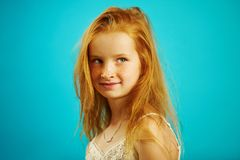 Het schot van roodharig meisje van zeven jaar oud met mooie blik bevindt zich zijdelings en kijkt voorbij de camera, heeft leuk royalty-vrije stock afbeelding