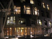 Het Schotse Parlement bij nacht, stock foto