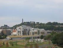 Het Schotse Parlement en Heuvel Calton stock afbeeldingen