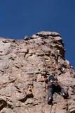 Het schrapen van de klimmer aan piek Stock Afbeelding