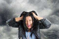 Het schreeuwen in de regen royalty-vrije stock afbeeldingen