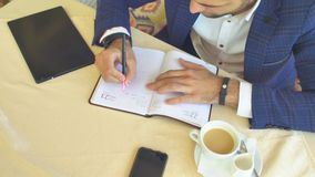 Het schrijven in Agenda in Koffie stock video
