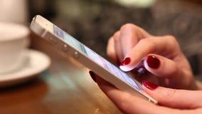 Het schrijven berichten op smartphone stock video