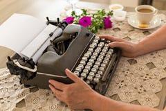 Het schrijven concept Vrouwelijke handen die retro schrijfmachine houden Royalty-vrije Stock Foto