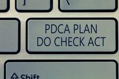 Het schrijven de nota die Pdca Plan tonen controleert Akte Bedrijfsfoto die het betere Proces van Deming Wiel in het Oplossen dem royalty-vrije stock foto