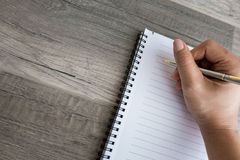 Het schrijven in een lege nota Royalty-vrije Stock Fotografie