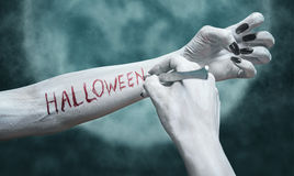Het schrijven Halloween op wapen Stock Foto's