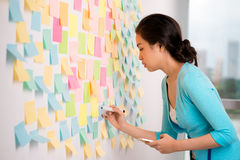 Het schrijven ideeën op de memorandumstickers Stock Afbeeldingen