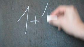 Het schrijven in krijt op een bord De les van Math stock footage