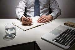 Het schrijven in leeg dagboek stock fotografie