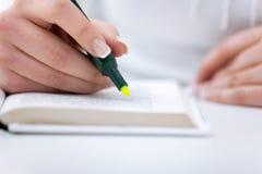 Het schrijven met highlighter stock foto