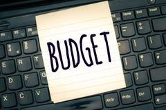Het schrijven nota die Begroting tonen Bedrijfsfoto die bepaalde raming van inkomen en uitgaven demonstreren voor vastgestelde pe stock afbeelding