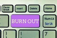 Het schrijven nota die Brandwond uit tonen Bedrijfsfoto demonstratiegevoel van fysieke en emotionele uitputtings Chronische moehe royalty-vrije stock afbeeldingen