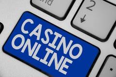 Het schrijven nota die Casino online tonen Van het de Pookspel van de bedrijfsfoto demonstratiecomputer blauw van de Gok het Koni stock afbeelding
