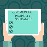 Het schrijven nota die Commercieel eigendomverzekering tonen De bedrijfsfoto demonstratie biedt bescherming tegen de meeste risic royalty-vrije illustratie