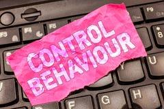 Het schrijven nota die Controlegedrag tonen Bedrijfsfoto demonstratieoefening van invloed en gezag over menselijk gedrag stock foto's