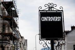 Het schrijven nota die Controverse tonen Bedrijfsfoto demonstratiemeningsverschil of Argument over iets belangrijk voor mensenwij stock afbeelding