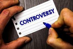 Het schrijven nota die Controverse tonen Bedrijfsfoto demonstratiemeningsverschil of Argument over iets belangrijk voor de greep  royalty-vrije stock afbeeldingen