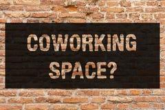 Het schrijven nota die Coworking Spacequestion tonen Bedrijfsfoto demonstrerende Zakelijke services die gedeelde bureaus verstrek royalty-vrije stock afbeelding