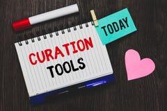 Het schrijven nota die Curation-Hulpmiddelen tonen Bedrijfsdiefoto demonstratiesoftware in het verzamelen van informatie relevant stock foto's
