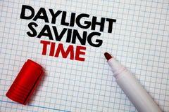 Het schrijven nota die de Tijd van Daglichtsayving tonen Bedrijfsfoto die vooruitgaand klokken tijdens de zomer om de pa van de e stock foto