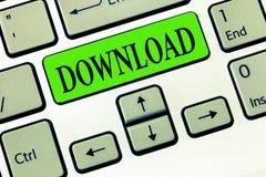 Het schrijven nota die Download tonen De gegevens van het bedrijfsfoto demonstratieexemplaar van één computersysteem een andere t stock foto