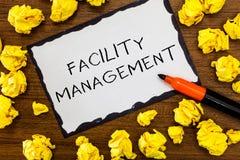 Het schrijven nota die Faciliteitenbeheer tonen Bedrijfsfoto die Veelvoudige Functiediscipline demonstreren Milieu royalty-vrije stock afbeelding