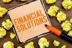 Het schrijven nota die Financiële Oplossingen tonen Bedrijfsfoto demonstratie om Geld op Verzekering en Beschermingsbehoeften te  royalty-vrije stock fotografie
