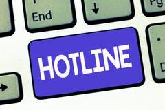 Het schrijven nota die Hotline tonen Bedrijfsfoto die de Directe opstelling van de telefoonlijn voor specifieke doelnoodsituaties stock foto