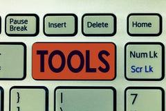 Het schrijven nota die Hulpmiddelen tonen Het bedrijfsfoto demonstratieapparaat voert uit als gehouden en gebruikt uitvoert bijzo stock afbeeldingen