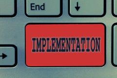 Het schrijven nota die Implementatie tonen Bedrijfsfoto die het proces om iets actief of efficiënt demonstreren te maken stock afbeeldingen