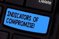 Het schrijven nota die Indicatoren van Compromis tonen Bedrijfsdiefoto demonstratieartefact op een netwerk Gerechtelijk gegeven w royalty-vrije stock fotografie
