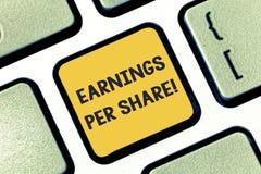 Het schrijven nota die Inkomens per Aandeel tonen Bedrijfsfoto demonstratiegedeelte van bedrijfwinst dat aan elke houder wordt to royalty-vrije stock afbeeldingen