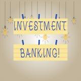 Het schrijven nota die Investeringsbankwezen tonen Bedrijfsfoto demonstratieverwezenlijking van kapitaal voor andere bedrijven of royalty-vrije stock afbeeldingen