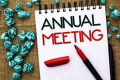Het schrijven nota die Jaarlijkse Vergadering tonen Bedrijfsfoto die Jaarlijks van de Bedrijfs bedrijfassemblage Conferentierappo royalty-vrije stock foto