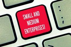 Het schrijven nota die Kleine en Middelgrote Ondernemingen tonen Bedrijfsfoto die het MKB-de groei van start nieuwe zaken demonst stock afbeeldingen