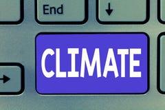 Het schrijven nota die Klimaat tonen Bedrijfsfoto demonstratieweersomstandigheden op gebied over lange periodentemperatuur royalty-vrije stock afbeeldingen