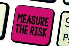 Het schrijven nota die Maatregel het Risico tonen De bedrijfsdiefoto demonstratie bepaalt graad van gevaar op effectfactoren word royalty-vrije stock afbeeldingen