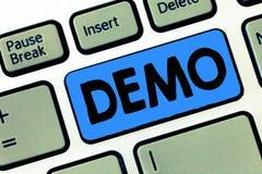Het schrijven nota die Manifestatie tonen Bedrijfsfoto demonstratiedemonstratie van een producttechnieken en mogelijkheden Publie royalty-vrije stock afbeelding