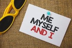 Het schrijven nota die me zelf en I tonen Bedrijfsfoto die egoïstische zelf-onafhankelijke demonstreren die de verantwoordelijkhe stock afbeelding