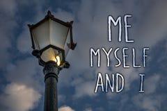 Het schrijven nota die me zelf en I tonen Bedrijfsfoto die egoïstische zelf-onafhankelijke demonstreren die de verantwoordelijkhe stock afbeeldingen