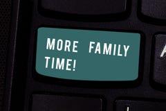 Het schrijven nota die Meer Familietijd tonen Bedrijfsfoto demonstratie het Besteden de tijd van de kwaliteitsfamilie samen is ze royalty-vrije stock foto's