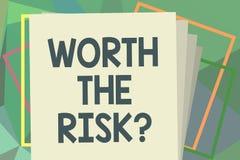 Het schrijven nota die met een waarde van de Risicokwestie tonen Bedrijfsfoto die vragend demonstreren of bracht bepaalde actie m stock illustratie