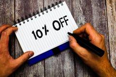 Het schrijven nota die met 10 pronken Bedrijfsfoto demonstratiekorting van tien percenten over de regelmatige Verkoop van de prij stock fotografie