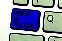 Het schrijven nota die het Mobiele Advertentie Volgen tonen Het merk van de bedrijfsfoto demonstratiemonitor perforanalysisce met royalty-vrije stock foto's