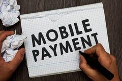 Het schrijven nota die Mobiele Betaling tonen Bedrijfsfoto die die Cashless-Betaling demonstreren door draagbare elektronische ho royalty-vrije stock afbeelding
