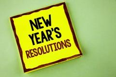 Het schrijven nota die Nieuwjaar\ 'S Resoluties tonen Bedrijfsfoto demonstratiedoelstellingen Doelstellingendoelstellingen Beslui Royalty-vrije Stock Foto