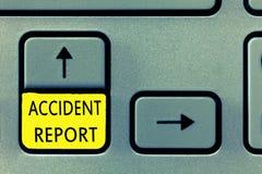 Het schrijven nota die Ongevallenrapport tonen Bedrijfsfoto die a-vorm demonstreren die ingevulde verslagdetails van een ongebrui royalty-vrije stock afbeeldingen